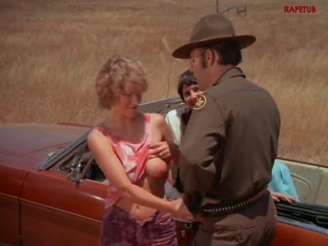 Полицейский лапает сиськи девушки водителя