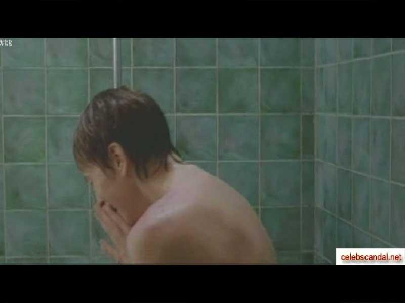 Моника Белучи с короткой стрижкой обнаженная в ванной