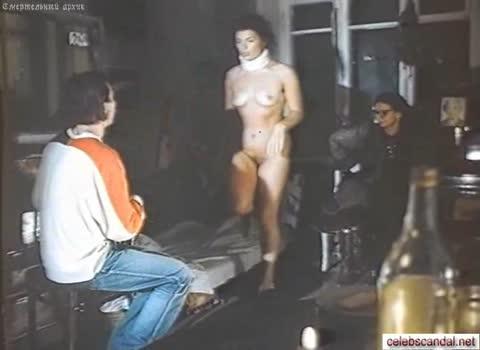 Юлия Дамскер полностью голая среди мужиков.