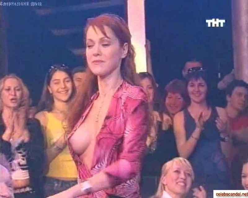 Алина Великая продемонстрировала свою голую грудь