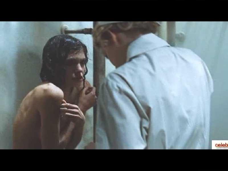 голую Анджелиной Джоли обливают со шланга