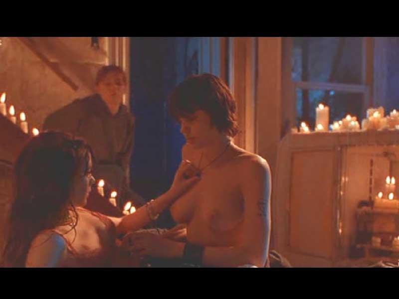 В голом виде Анджелина Джоли делает себе тату