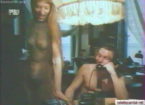 Наталья Львова ходит голая по квартире.