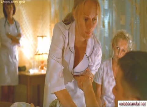 Медсестра дает потрогать свою грудь.
