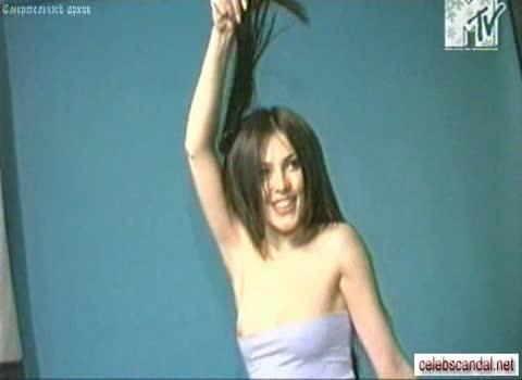 Нечаянно выпала грудь у Сати Казановой во время съемок
