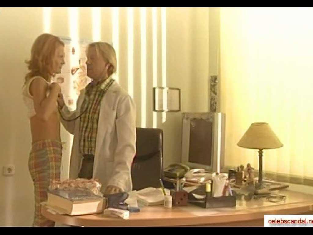 Александра Афанасьева задирает майку а там голая грудь.