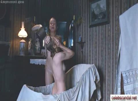 Женщины в бане моют друг-друга.