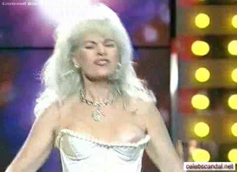 У Татьяны Марковой выпала грудь прямо на сцене.