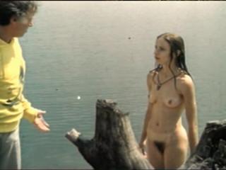 Голая Ваня Цветкова купается в реке