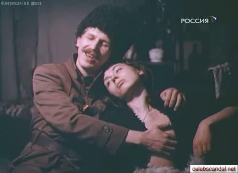 Викторию Шабалину лапают за грудь.